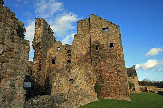 Aberdour_Castle_-tower_ruins