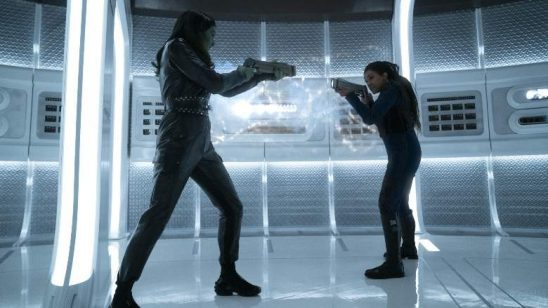 Osyraa and Burnham aiming phasers at each other.